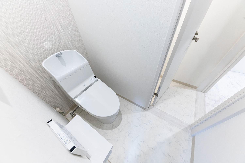 手洗い部分が広くて使いやすい。TOTOのZJを設えたトイレスペース/1階