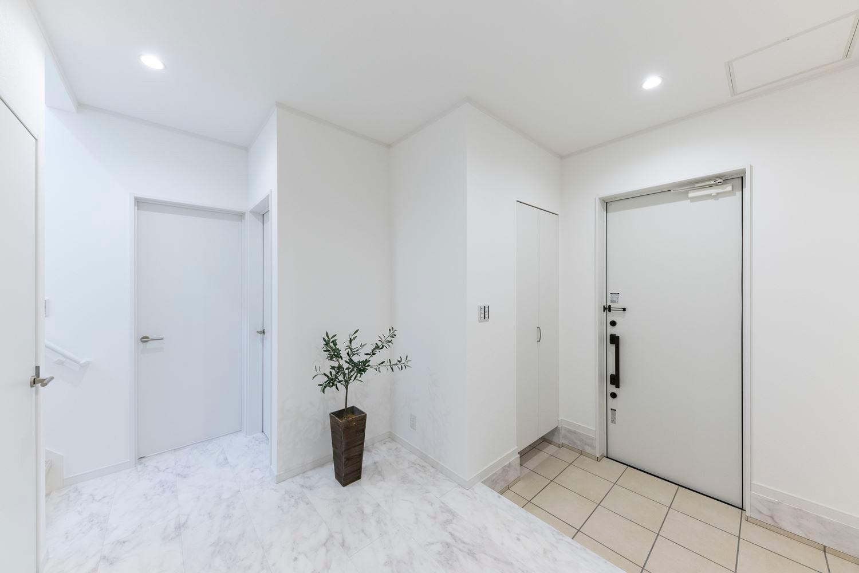 石目のフロアが際立ち高級感にあふれた玄関。天井が高いハイスタッド仕様と膨張色の白でより開放的に感じられる空間になりました。