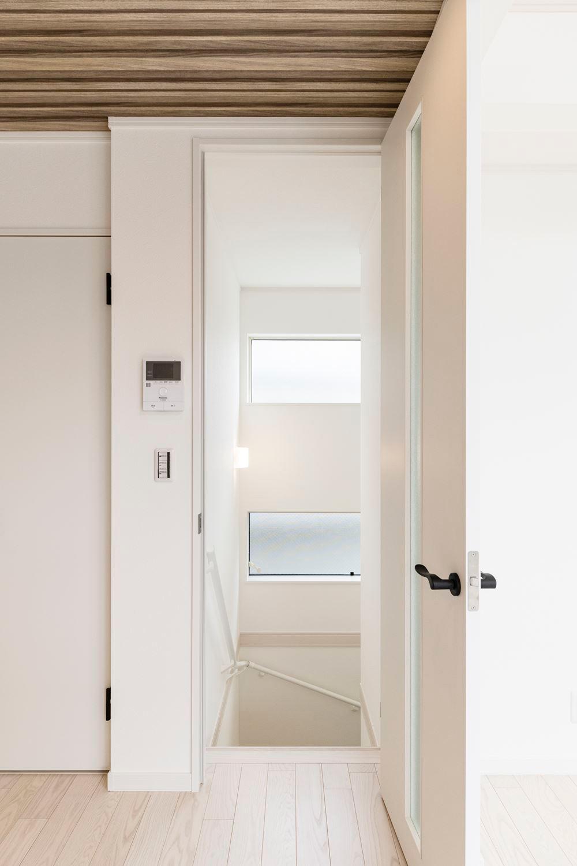 リビングから1階に繋がる階段は、扉を付けて冷暖房の効率を下げない工夫。