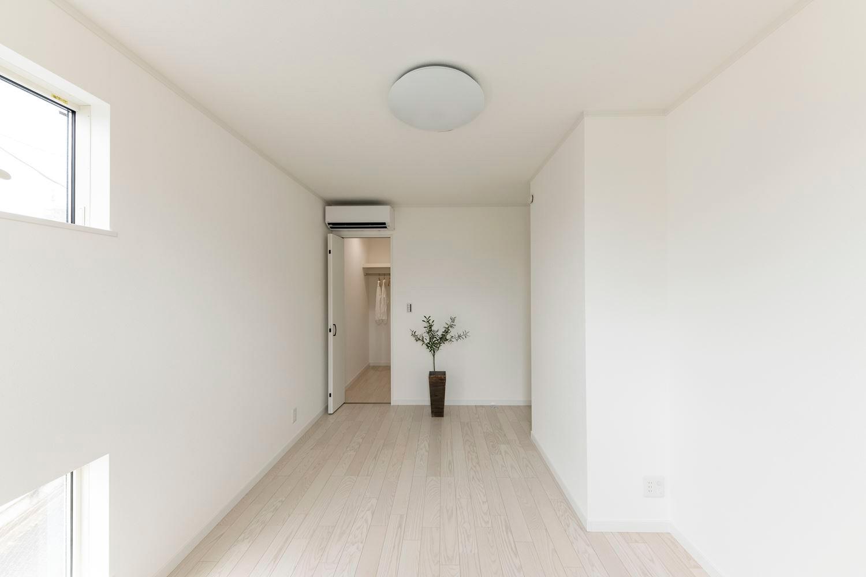 ペットドアを設えた2階洋室。