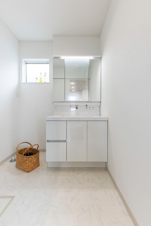 清潔感のある真っ白なサニタリールーム。