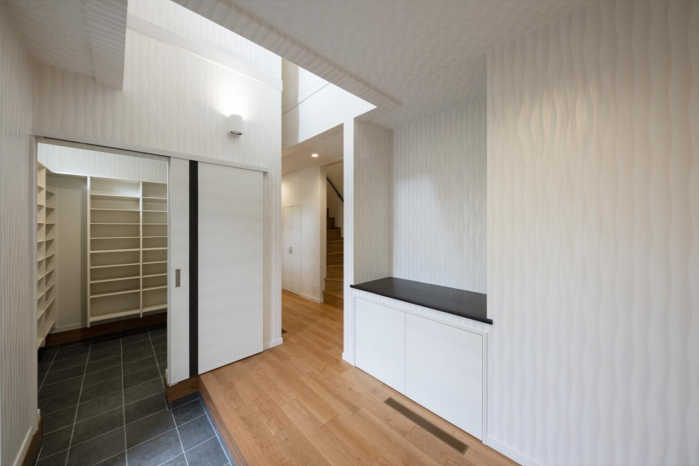 清潔感に溢れ、広々とした玄関クロゼット& 2WAY玄関。