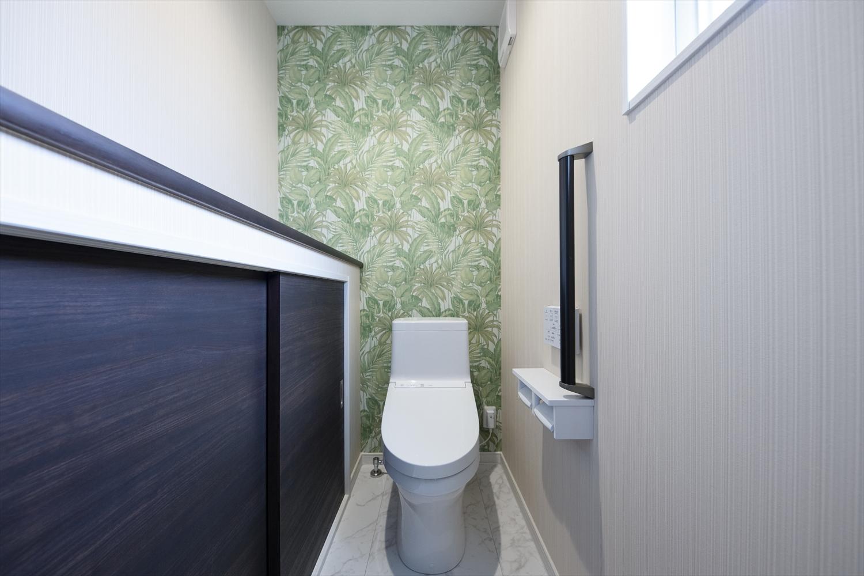 2階トイレ/ボタニカル柄でナチュラルな空間。