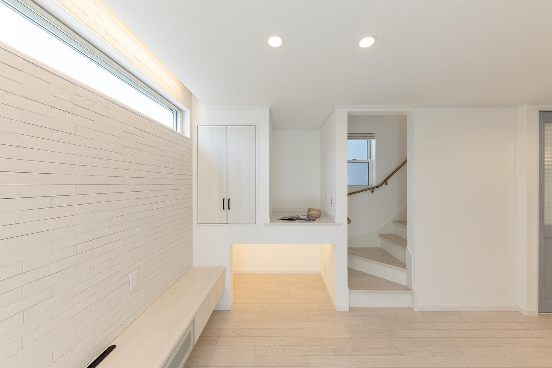 空気を美しく整えるインテリア壁材「エコカラット」をあしらったリビングステージ。