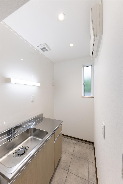 1階、事務所給湯室/白を基調とした明るい空間
