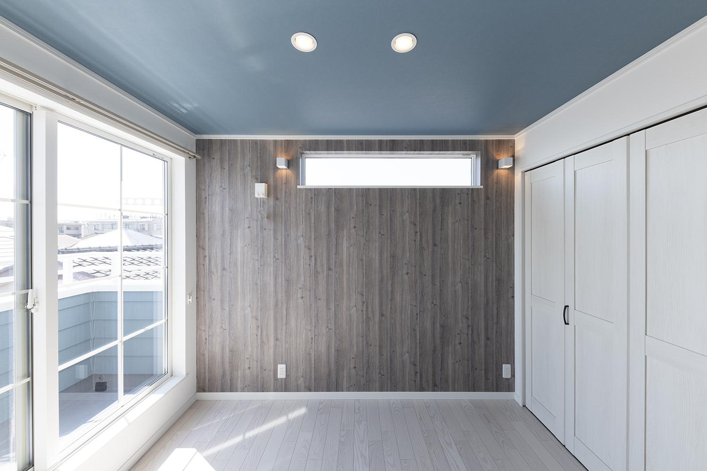 室内の雰囲気に合った格子窓で、外観も内観もおしゃれに演出します。