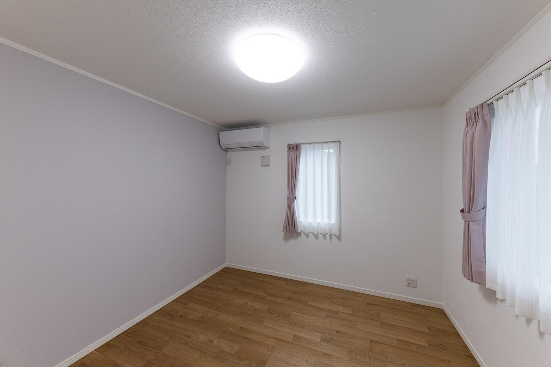 フェミニンで愛らしい雰囲気の2階洋室