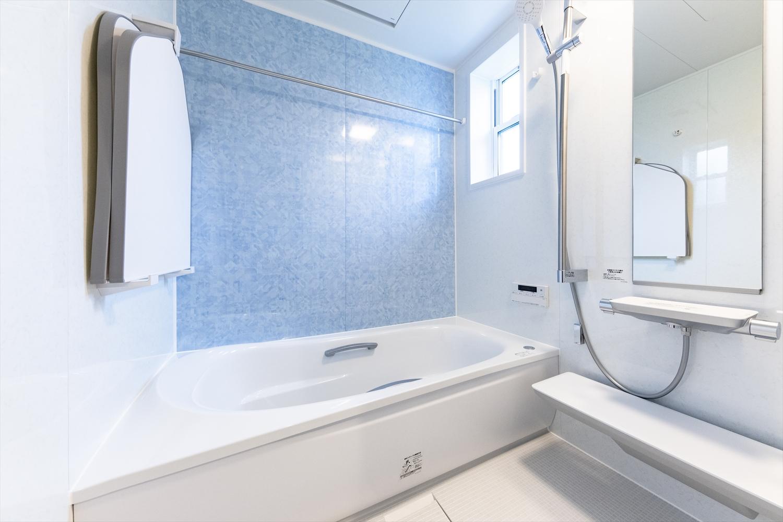 爽やかな印象のアクセントパネルをあしらった2階バスルーム。