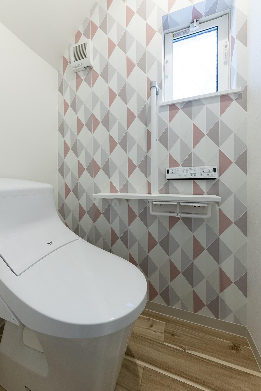 ラメ入りの幾何学柄クロスがおしゃれな1階トイレ。