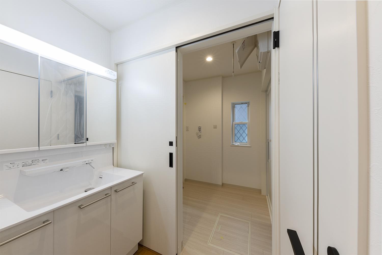 洗面コーナー/脱衣所と洗面台を扉で仕切れるようになっているため、気兼ねなくお客様を通せます。
