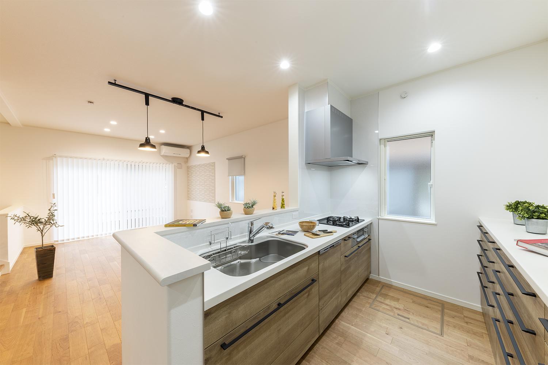リビングを見渡せる対面キッチンはお料理をしながらでもご家族との会話を楽しめます。