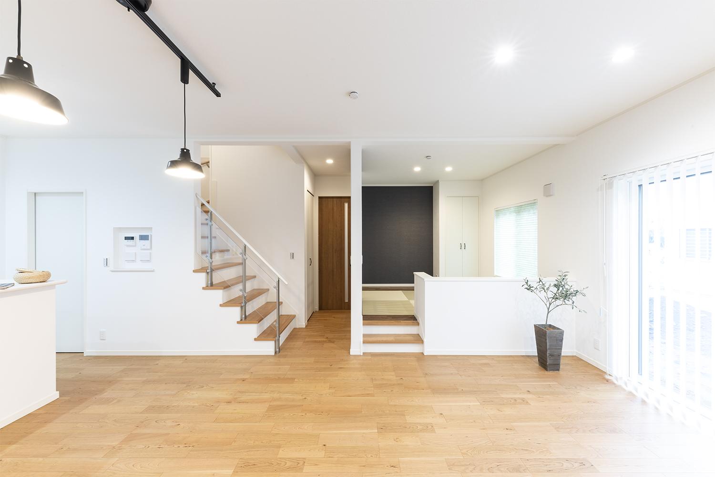 リビング、小上がり和室、階段の空間をできるだけ仕切らないようにすることで、それぞれの部屋が 緩やかにつながる間取りになっています。