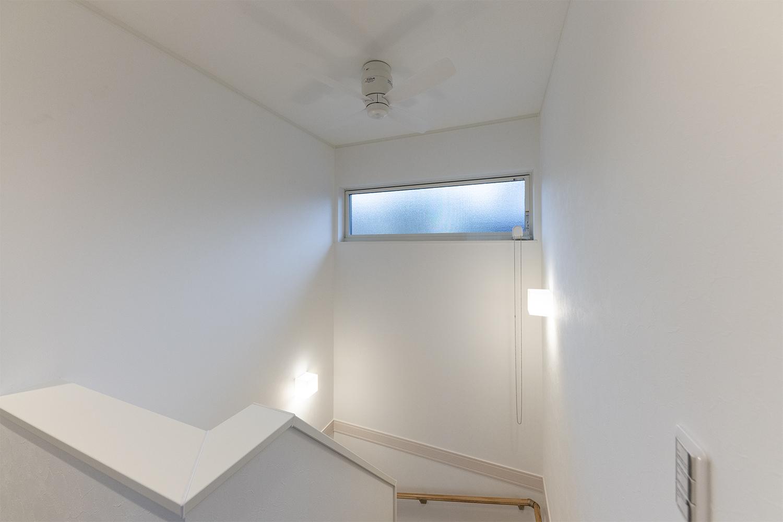 階段スペース/シーリングファンを取り付けることでリビングからの暖かい空気などを効率よく撹拌することができます。
