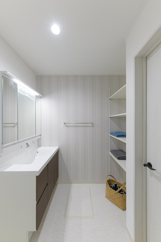 サニタリールーム/アクセントで使われているクロスは防臭・汚れ防止機能付きでいつでも快適な空間を保つことができるリリカラのダブルクリーン