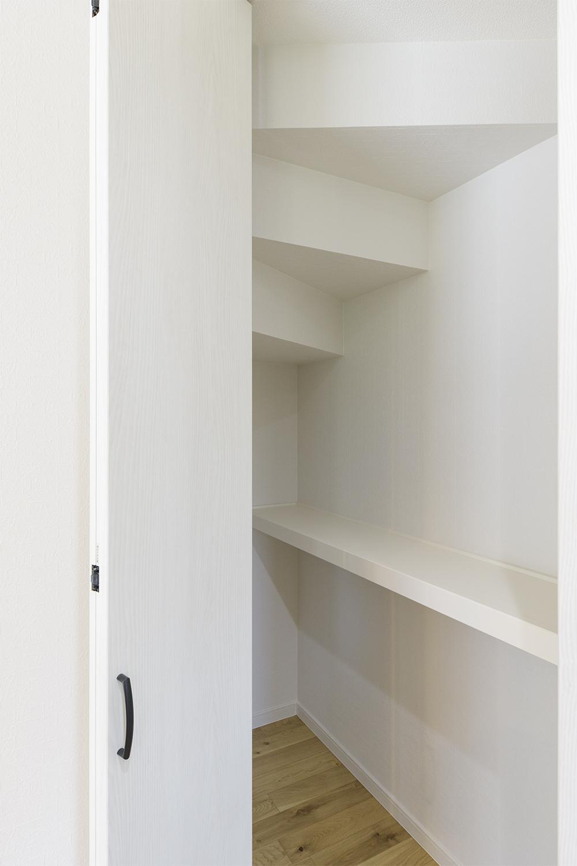 家電置き場やパントリーとしても使える収納スペースやカップボードが備わった収納豊富なキッチン周り。