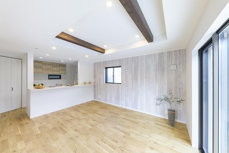床、アクセントクロス、化粧梁、キッチン扉の様々な木目が空間をあたたかく、落ち着ける場に演出します。