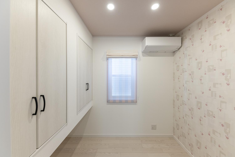 1階納戸(2.5帖)/買い物のストックや季節ものの収納に利用できる何かと便利なお部屋。