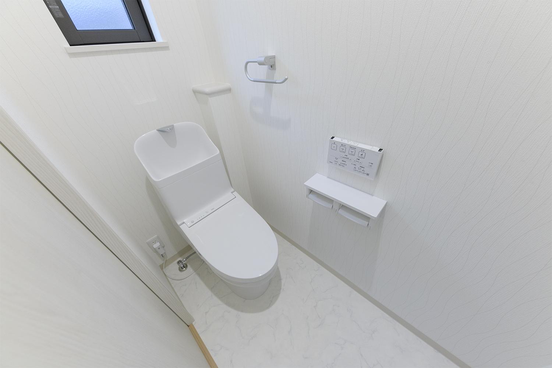 2階トイレ/大きな手洗いボウルが特徴的なTOTOのトイレ。