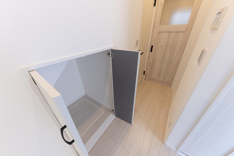 階段下スペースを有効に活用した物入れ。掃除用具などすぐに出し入れでき、床下収納も付いているので収納力は抜群。