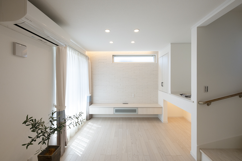 日中は窓からの光が部屋全体を包み込み、夜は間接照明やおしゃれなライトが空間を彩ります。