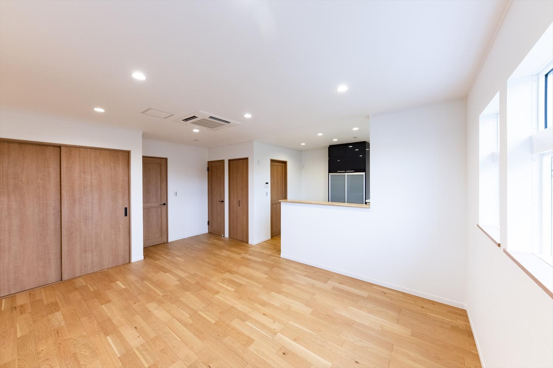 2階、LDK/木肌の美しさや手触りが温かみのある空間。