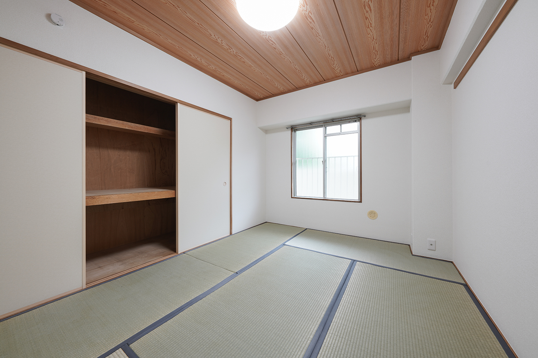 玄関側和室/壁紙と襖を貼り替え天井を木目から白いクロスにすることにより、リビングとつなげても自然に見える明るい現代的な和室になりました。