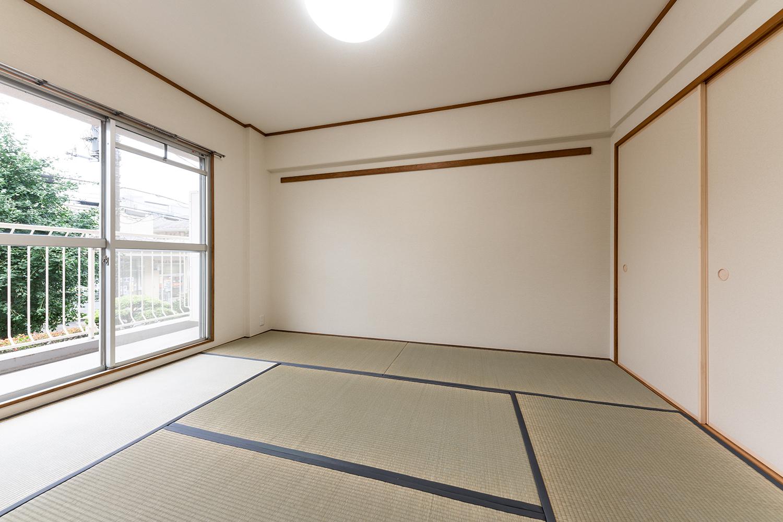 リビング横和室/壁紙と襖を貼り替え天井を木目から白いクロスにすることにより、リビングとつなげても自然に見える明るい現代的な和室になりました。