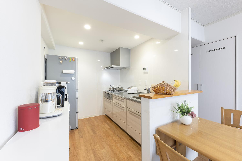 白で統一した清潔感のあるキッチン。セミオープンタイプで明るく、広く感じられるようになりました。