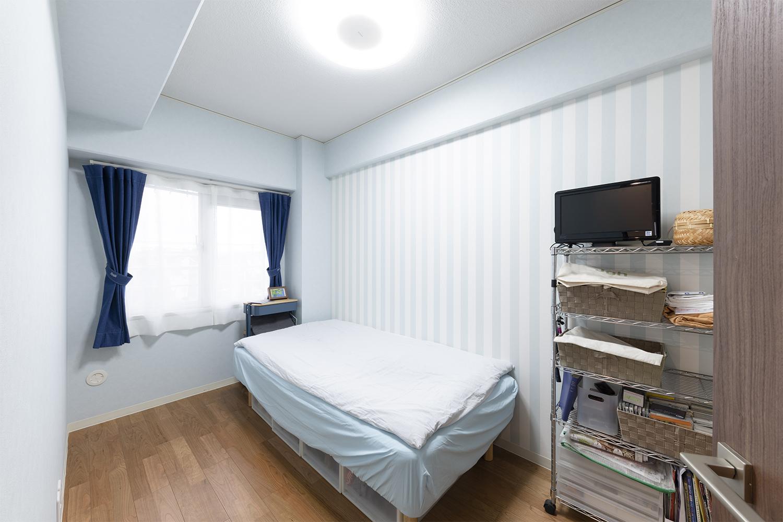 南向きの日当たりの良いお部屋はデニムのカーテン、ストライプの壁紙が映えるホテルライクな内装です。