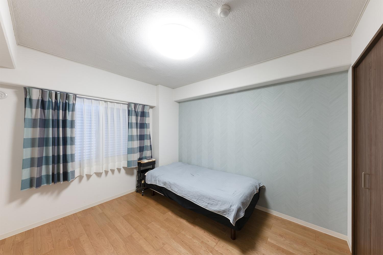 洋室1/天井・壁のクロス、床材の張替えを行いました。ホワイトやパステルブルーを基調とした明るく清潔感のあるお部屋になりました。